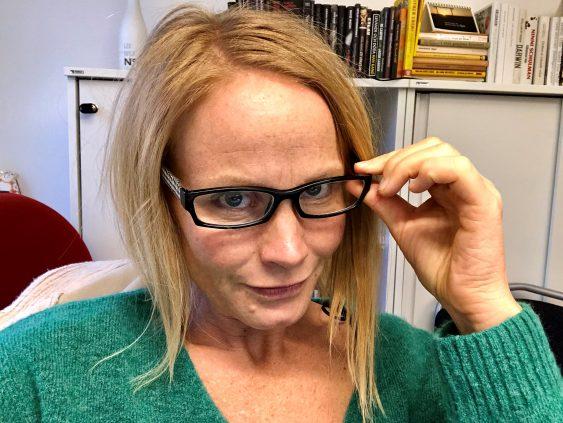 Malin Aronsson testar glasögon.